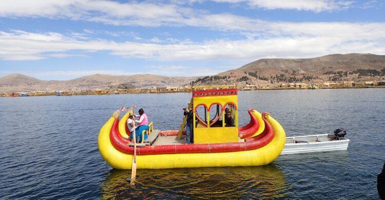 Bateau en roseau sur le lac Titicaca