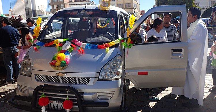Le prêtre baptise la voiture et bénit ses habitants