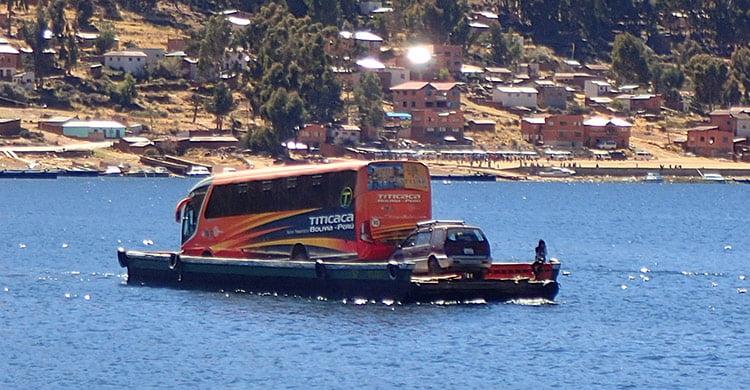 Barque de notre bus pour traverser le détroit de Tiquina