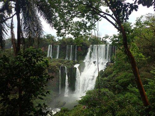 Vue sur les chutes Iguazu depuis le sentier inférieur
