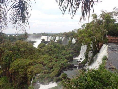 Vue sur les chutes Iguazu depuis le sentier supérieur