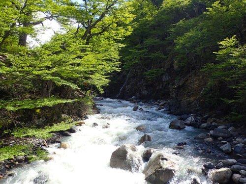 Traversée d'une rivière à Torres del Paine