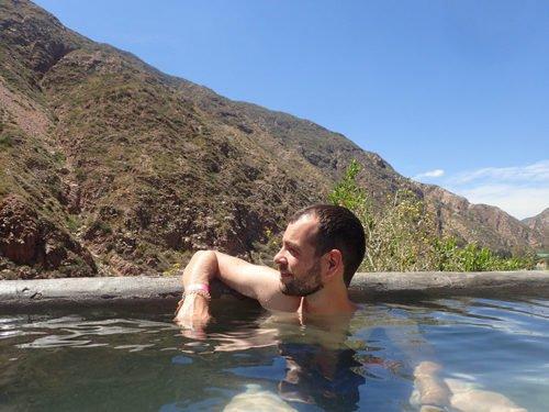 Cédric se détend dans l'eau chaude des thermes de Cacheuta