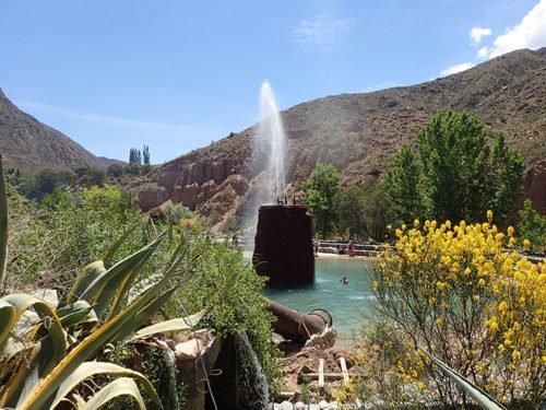Le jet d'eau du niveau inférieur des thermes de Cacheuta