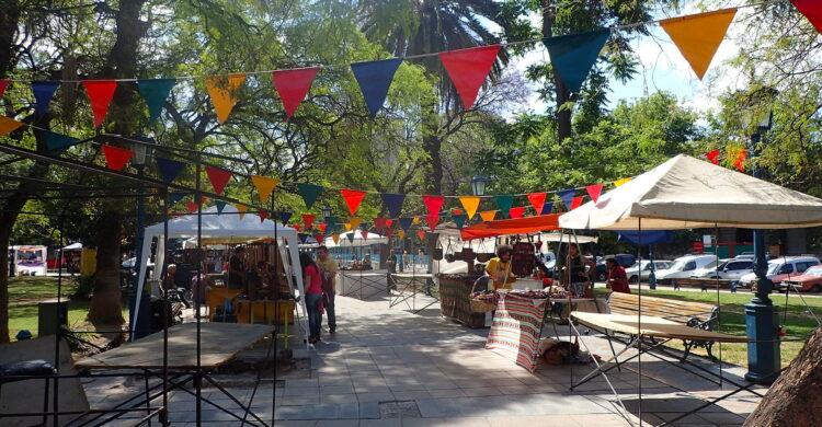 Les stands d'artisans sur la Plaza Independencia