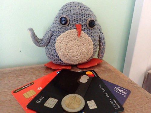 Pablo qui fait son choix de carte bancaire