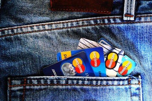 Les cartes bancaires pour un long voyage