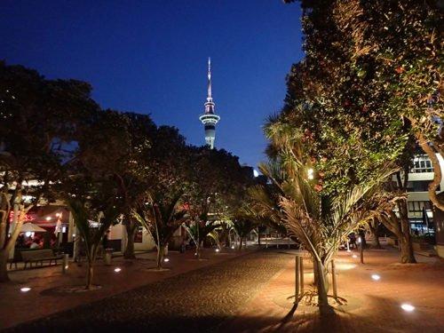 Sky Tower de nuit