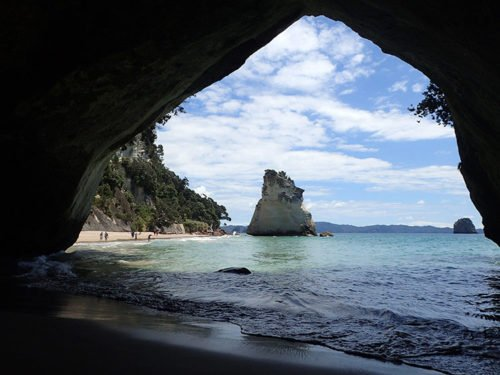 En dessous de la fameuse arche en pierre de Cathedral Cove