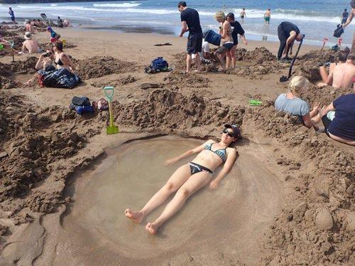 Emilie se détend à Hot Water Beach