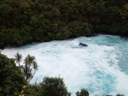 Bateau dans les Huka Falls de Taupo