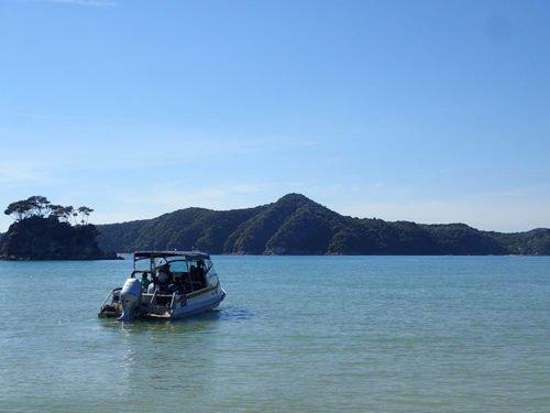 Bateau-taxi sur la plage de torrent Bay