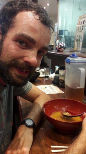 Cédric mangeant un ramen à Cairns