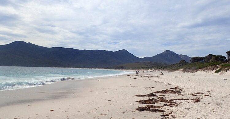 La plage de Wineglass Bay sous les nuages