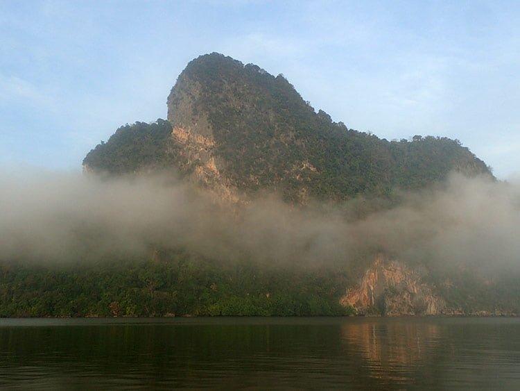 La brume se dissipe doucement dans la baie de Phang Nga
