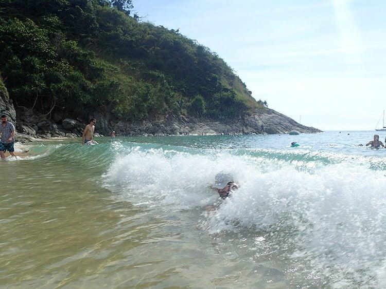 Cédric se noie sous une vague
