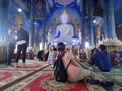 Emilie dans un temple en Thaïlande