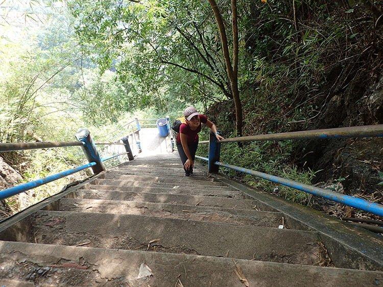 Emilie sur les marches du temple de la grotte du tigre