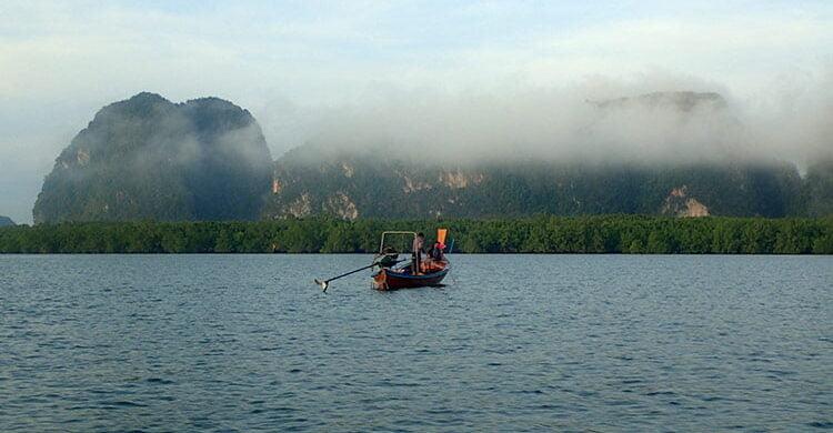 Pêcheurs dans la baie de Phang Nga