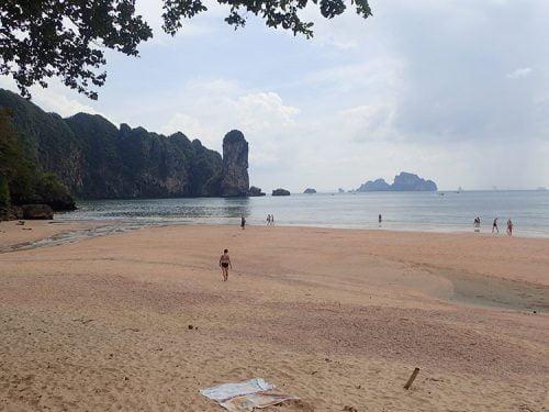 La plage d'Ao Nang entourée de falaises karstiques