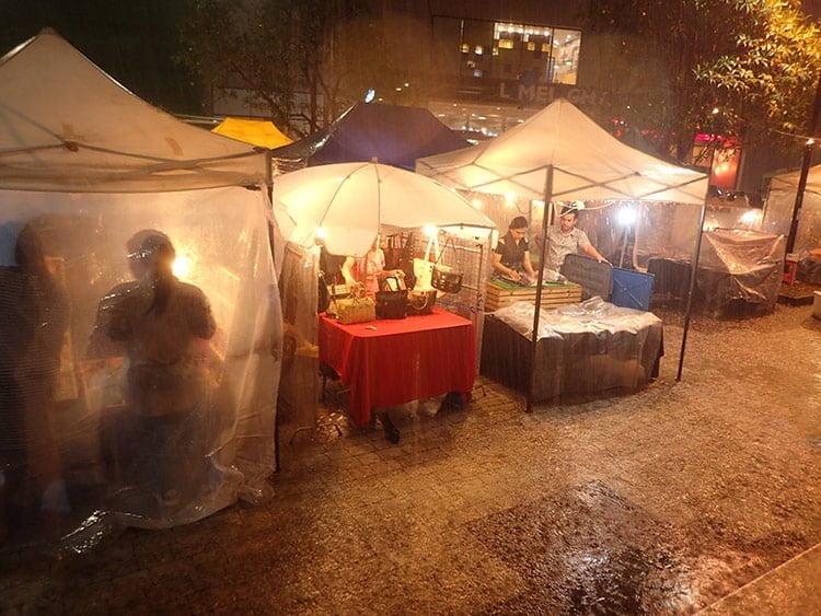 Le Phuket Indy Market sous la pluie