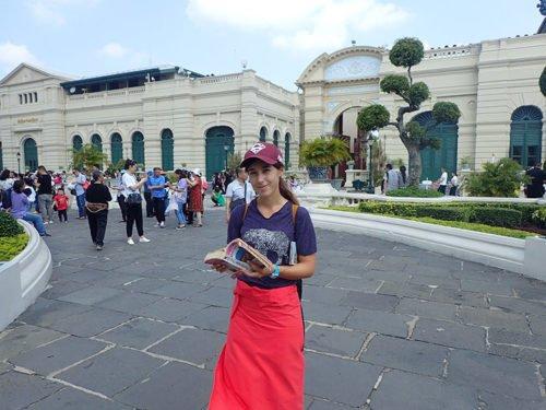 Emilie a loué un sarong pour visiter le palais royal à Bangkok