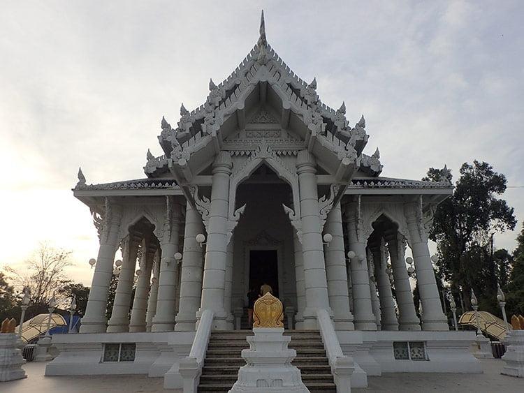 Le Wat Kaew Korawaram, également appelé le Temple Blanc