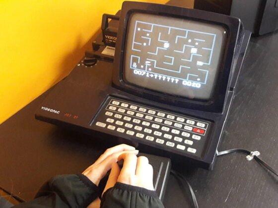 Emilie joue à Pacman au Pixel Museum