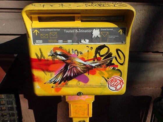 Street art sur une boîte aux lettres de la Poste, à Strasbourg