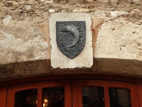 Un joli blason au-dessus d'une porte à Pérouges