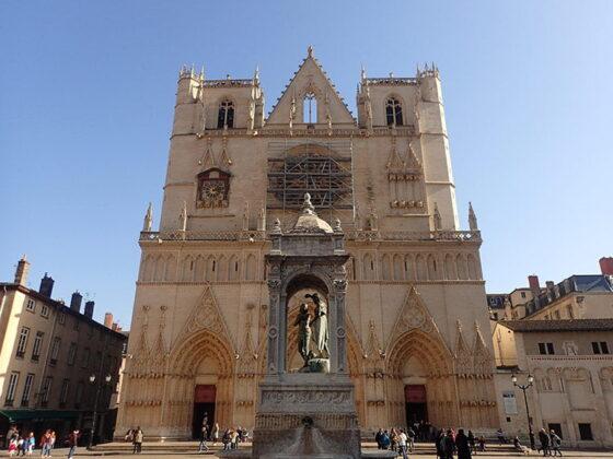 La façade de la cathédrale Saint-Jean-Baptiste