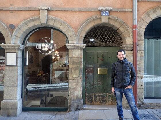 Cédric devant le numéro 27 de la rue du Bœuf, à l'entrée de la Longue traboule, à Lyon