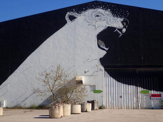 Street art ours blanc sur un hangar à Bordeaus