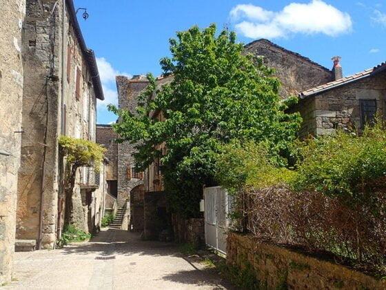 Dans les ruelles de Sainte-Eulalie-de-Cernon
