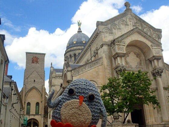 Pablo devant la basilique Saint-Martin, à Tours