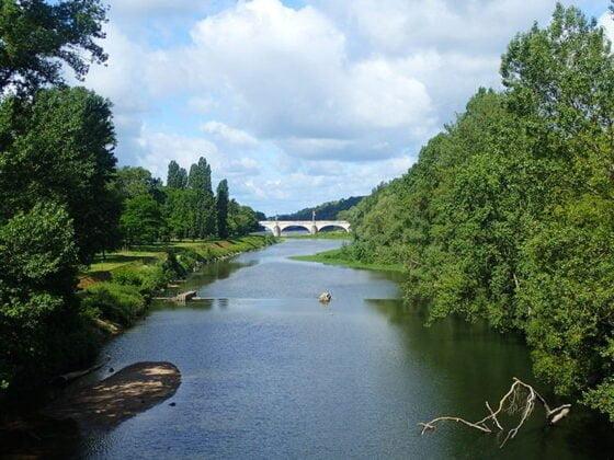 La vue sur la Loire depuis le pont de fil à Tours